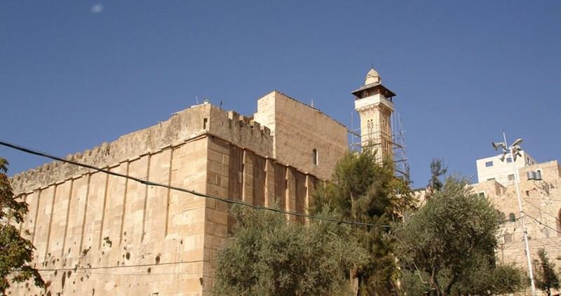 Migliaia di coloni fanno irruzione nella moschea Ibrahimi a Hebron
