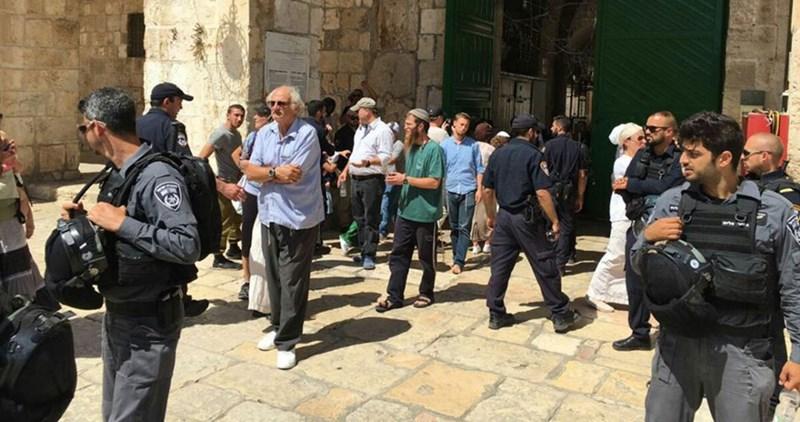 Gruppi di coloni invadono complesso di al-Aqsa scortati dalle forze israeliane