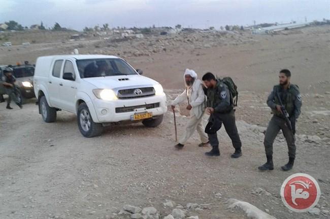 Le forze israeliane demoliscono tre case e un centro culturale nel villaggio di Umm al-Kheir e arrestano un anziano disabile