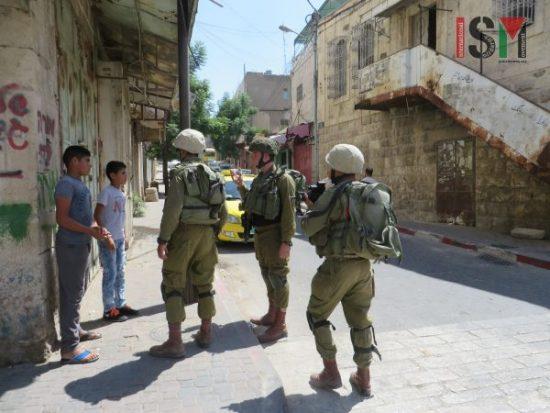 Le forze israeliane a caccia di bambini palestinesi nel suq di Hebron