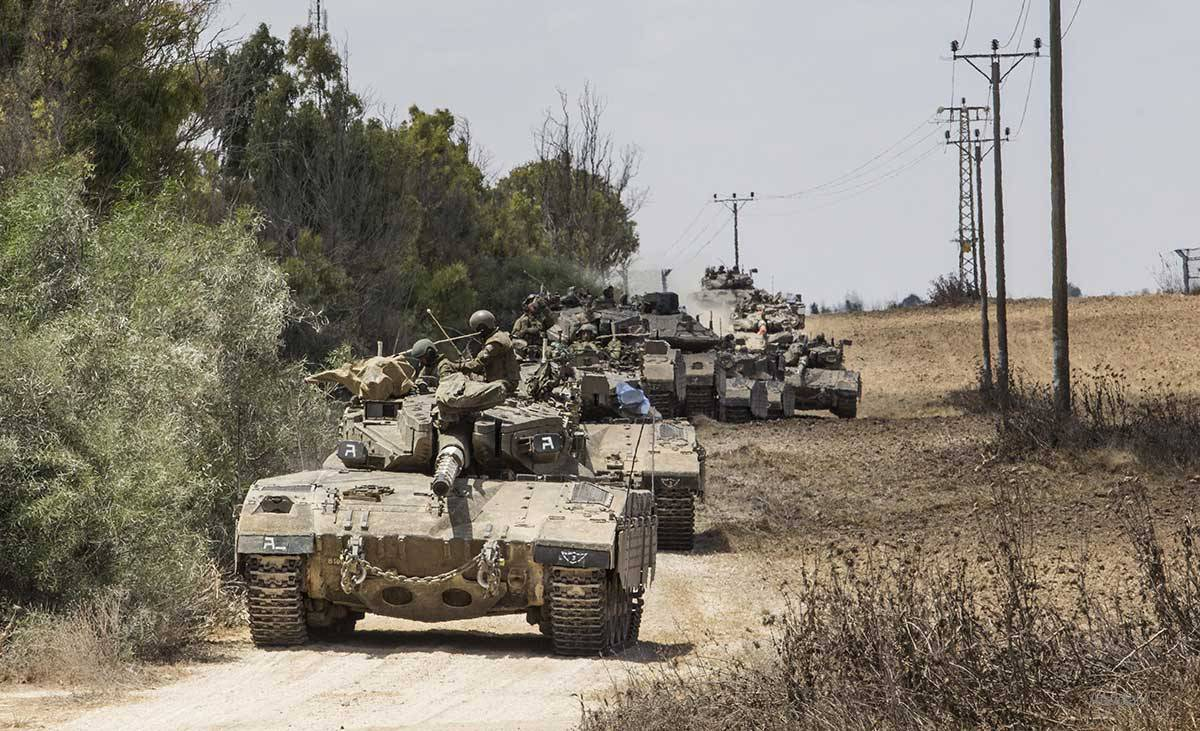 israeli-forces-move-towards-gaza-border-with-tanks-JULY-2014-3