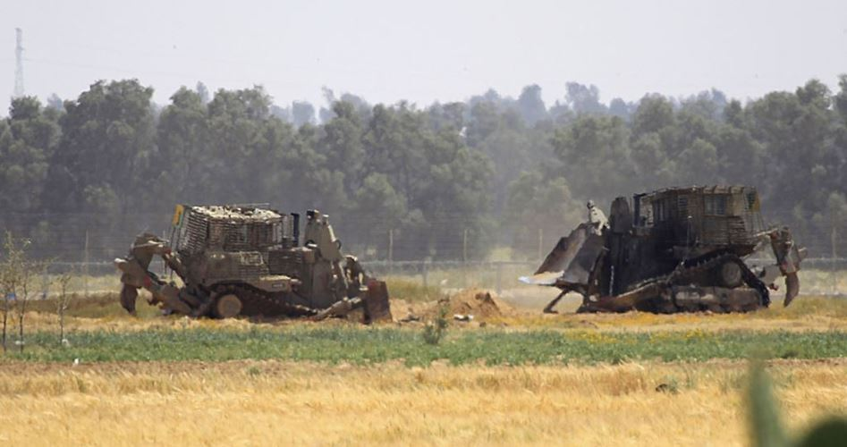Bulldozer militari israeliani spianano terreni a sud di Gaza