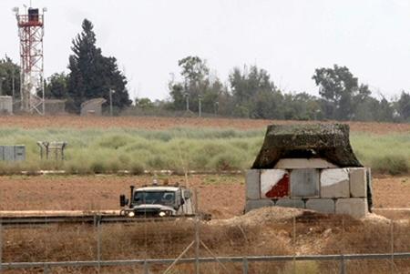 Soldati israeliani aprono il fuoco contro contadini e pescatori gazawi