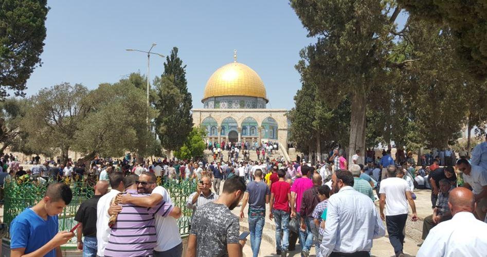 Decine di migliaia di Palestinesi pregano a Al-Aqsa