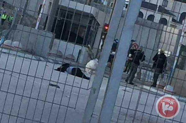 Entra per sbaglio nel passaggio auto del check-point di Qalandiya: i soldati le sparano. E' grave