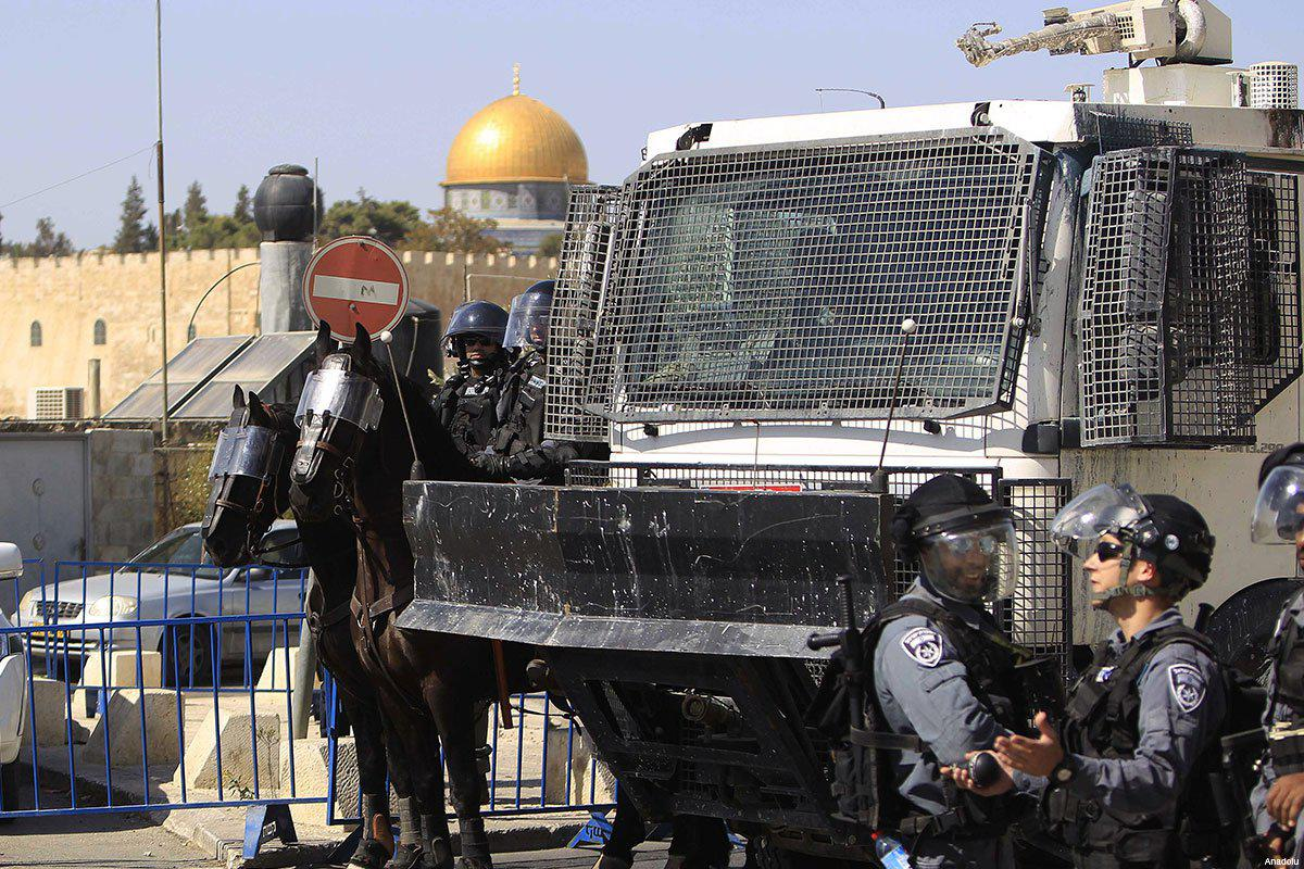 israeli-soldiers-in-riot-gear-al-aqsa-in-the-background