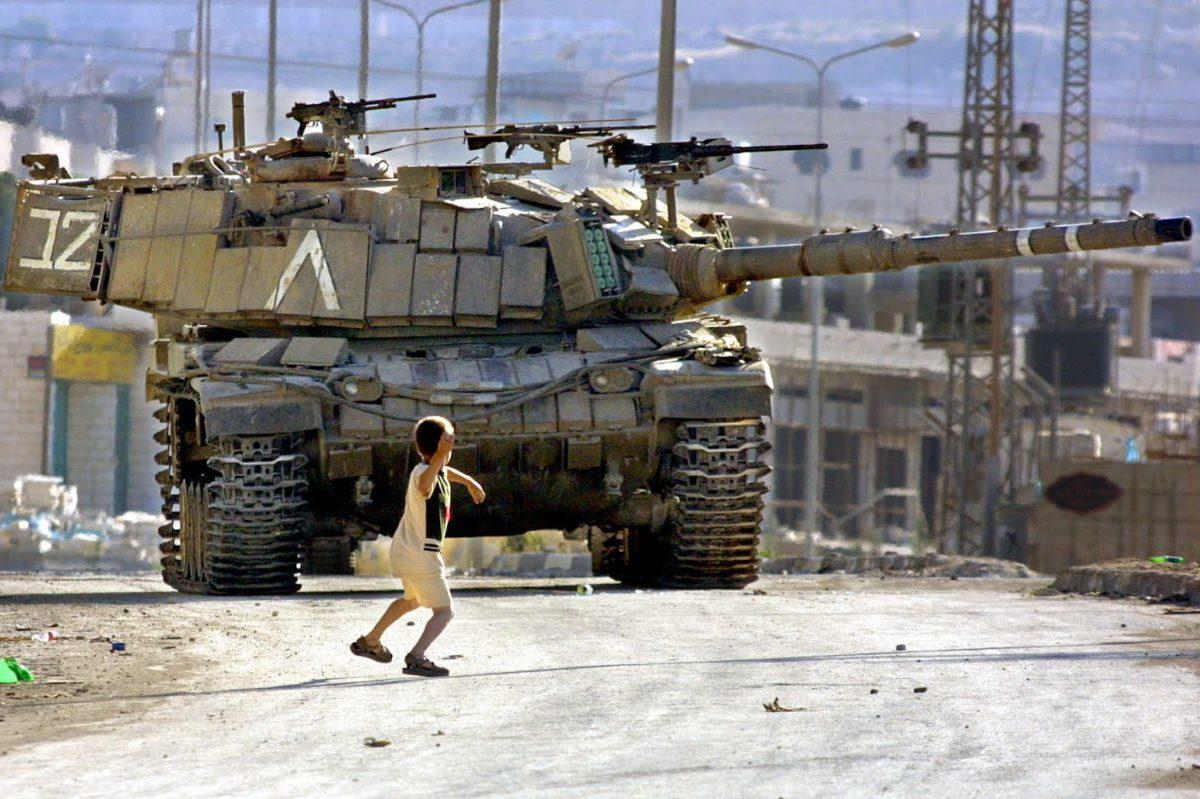 palestinian-child-throwing-rock-at-israeli-tank-photo-by-musa-AL-SHAER-e1481141346313
