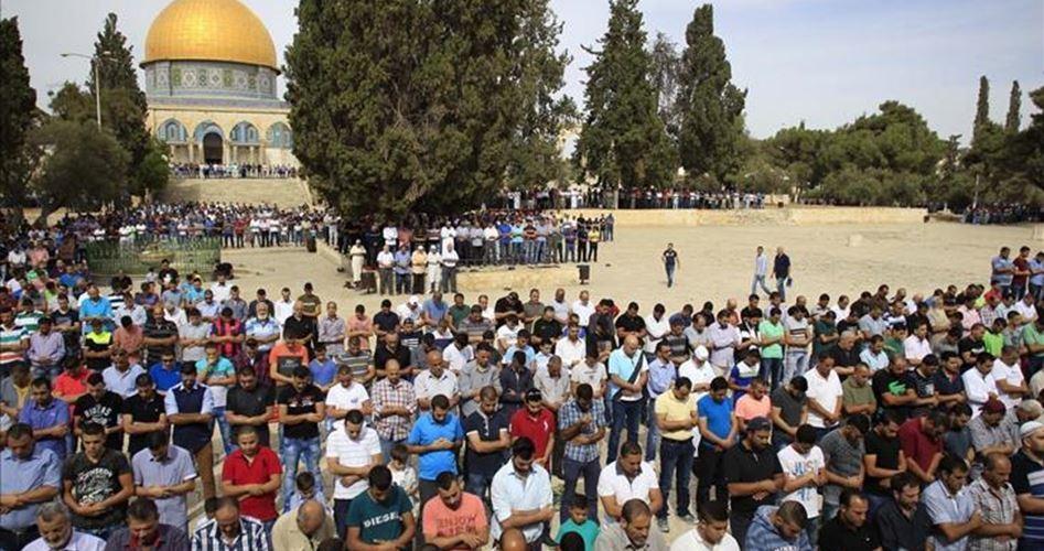 Gerusalemme, decine di migliaia di Palestinesi pregano a al-Aqsa