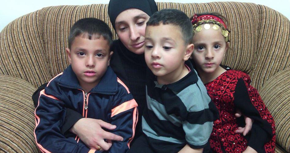 Arresto a mano armata della moglie di Abu Jamal di fronte ai figli