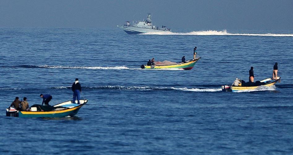 Le forze navali israeliane aprono il fuoco contro i pescatori di Gaza: 1 ferito