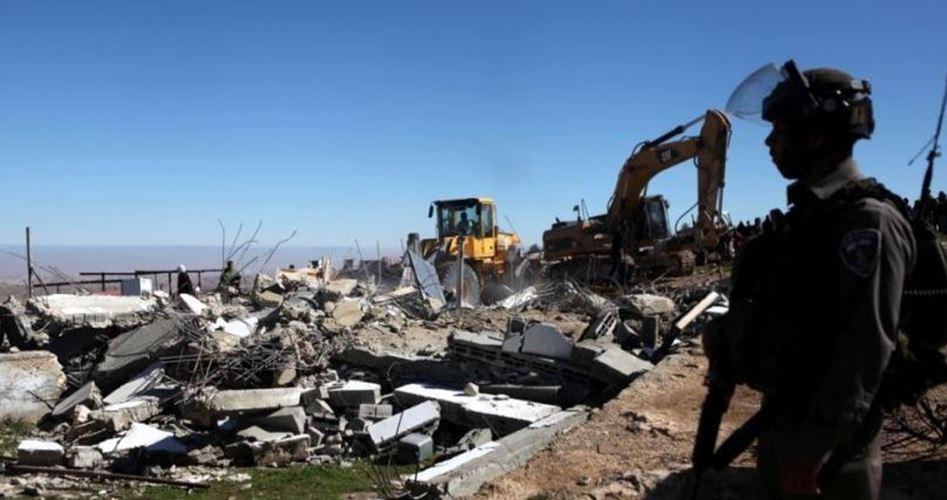 Le forze di occupazione obbligano un cittadino di Gerusalemme a demolire la propria abitazione