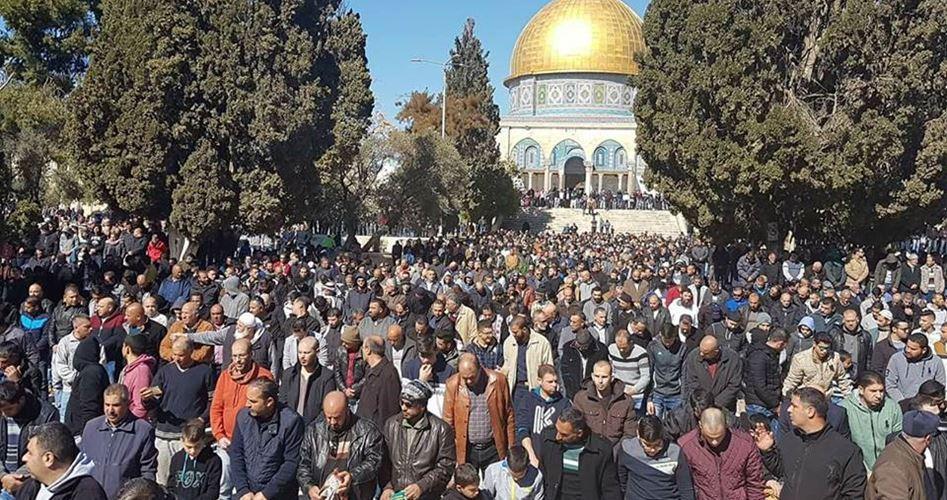 50.000 Palestinesi pregano ad al-Aqsa