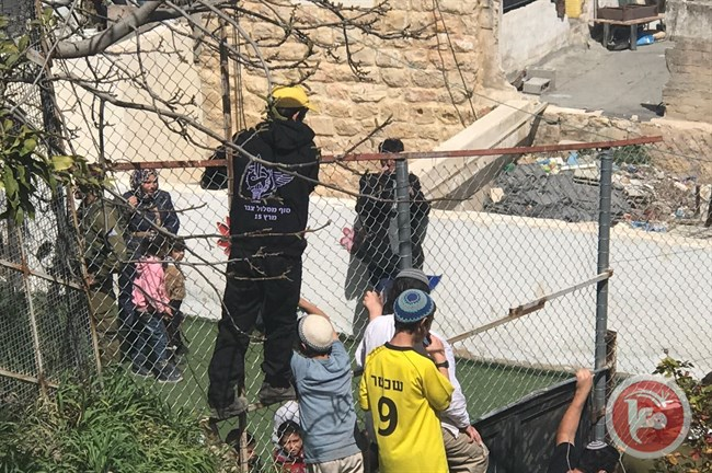 Le famiglie palestinesi impediscono ai coloni israeliani di irrompere nella scuola dell'infanzia di Hebron