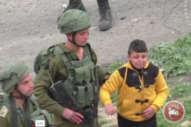 """Video: le forze israeliane trascinano un bambino palestinese di 8 anni, scalzo, alla ricerca di """"lanciatori di pietre"""""""
