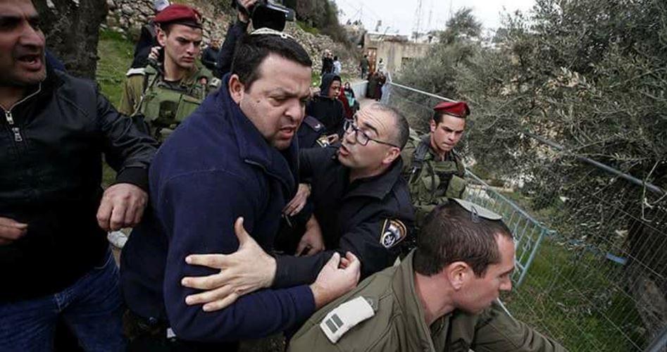 Coloni israeliani invadono le terre palestinesi a Deir Balout