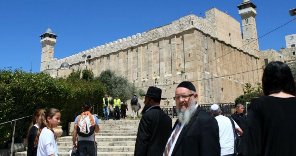 Migliaia di israeliani invadono la moschea Ibrahimi in occasione di Pessach