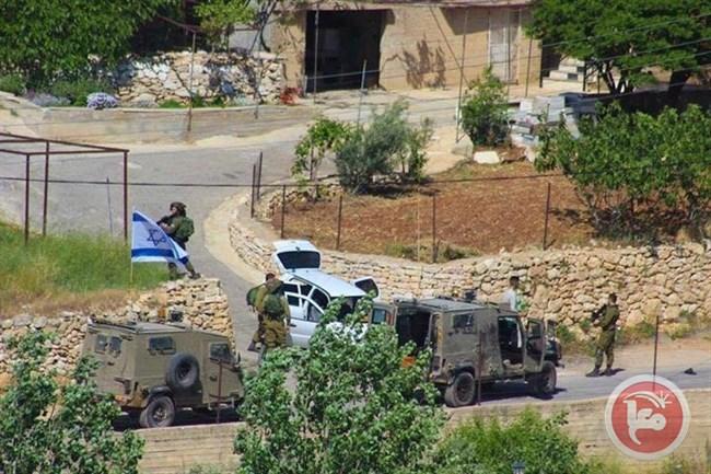 Forze israeliane sparano a tre palestinesi, ferendone gravemente uno