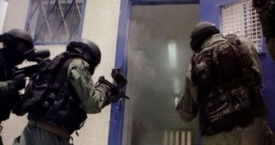 Forze israeliane assaltano prigionieri in sciopero della fame nella prigione di Nafha