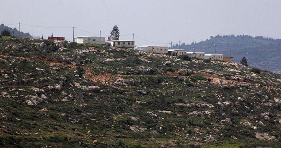 L'esercito israeliano rifornisce d'acqua una colonia illegale