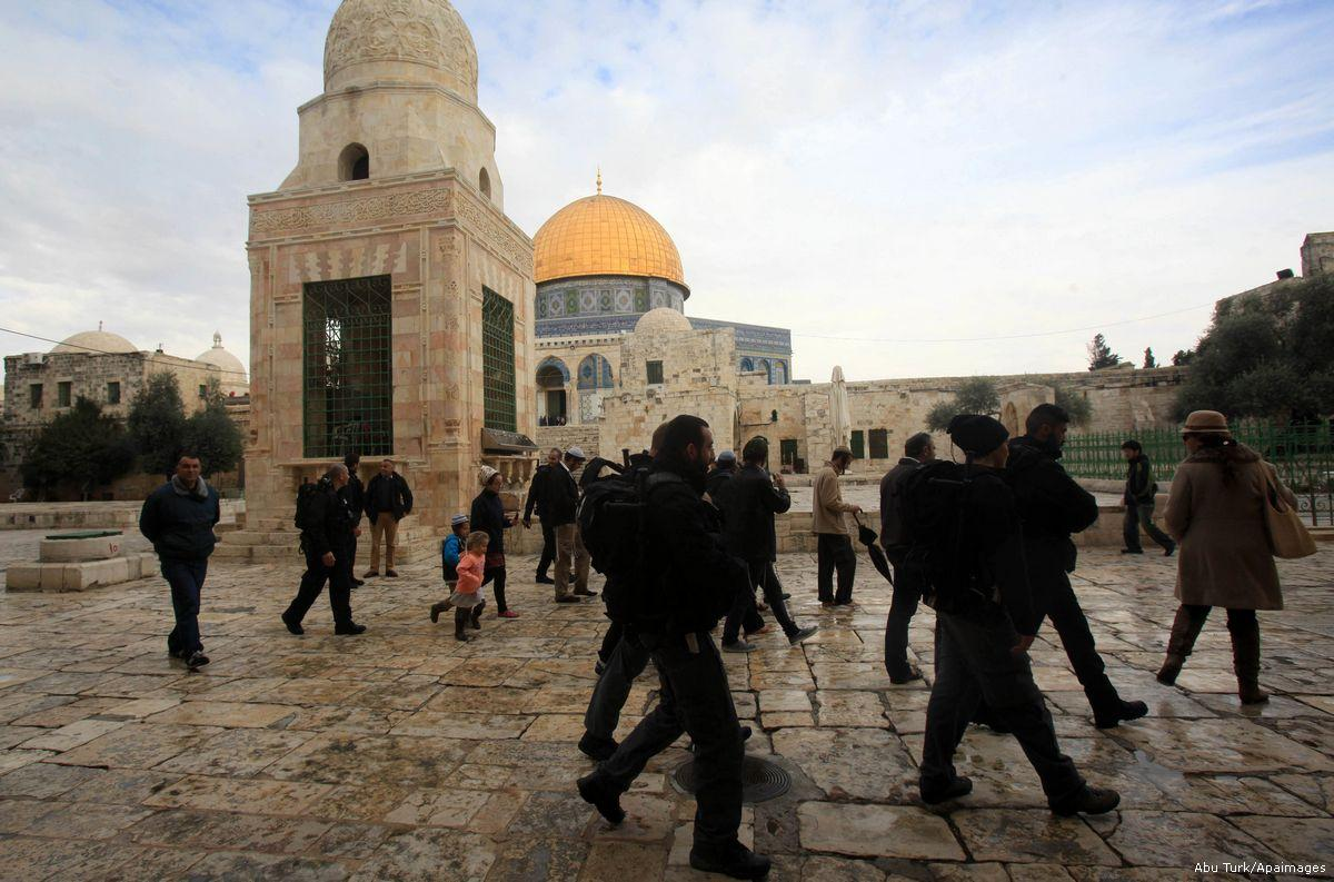 2016_6_18-Jewish-settlers-walk-protected-by-Israeli-security-forces-near-Al-Aqsa131215_MUT_00-2