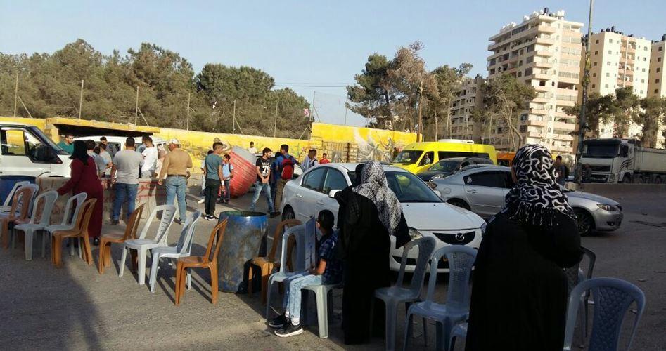 I giovani palestinesi e le madri dei prigionieri chiudono le entrate di Ramallah