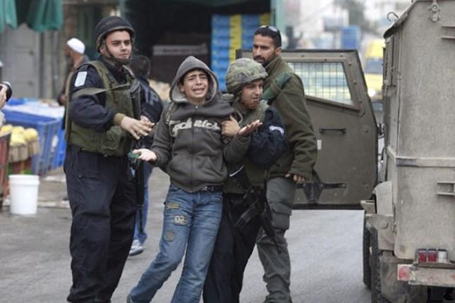 Le forze israeliane picchiano e arrestano due bambini di ritorno da scuola