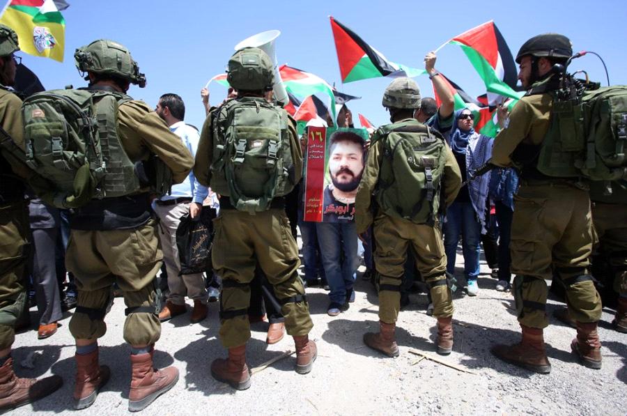 L'esercito israeliano reprime due manifestazioni a favore dei prigionieri in sciopero