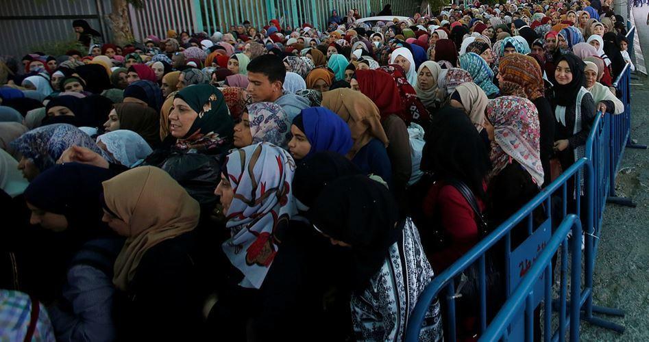 Decine di migliaia di Palestinesi pregano a al-Aqsa nell'ultimo venerdì di Ramadan