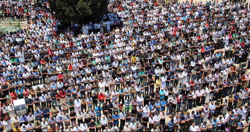 250.000 fedeli pregano ad al-Aqsa nel 1° venerdì di Ramadan