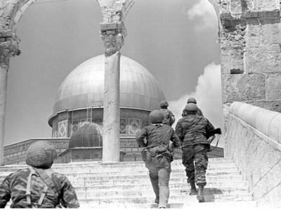 44 coloni e 33 soldati USA invadono i cortili di al-Aqsa