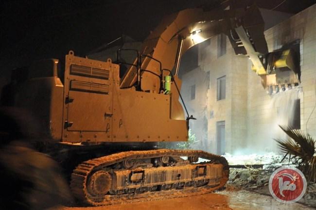 Le forze israeliane consegnano ordini di demolizione punitiva a 4 famiglie palestinesi