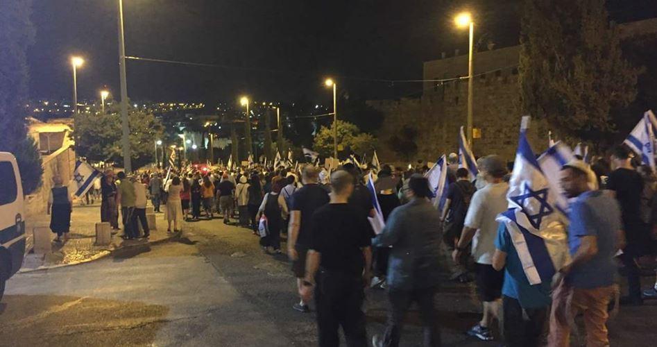 Decine di coloni partecipano a una marcia notturna nella Città Vecchia di Gerusalemme