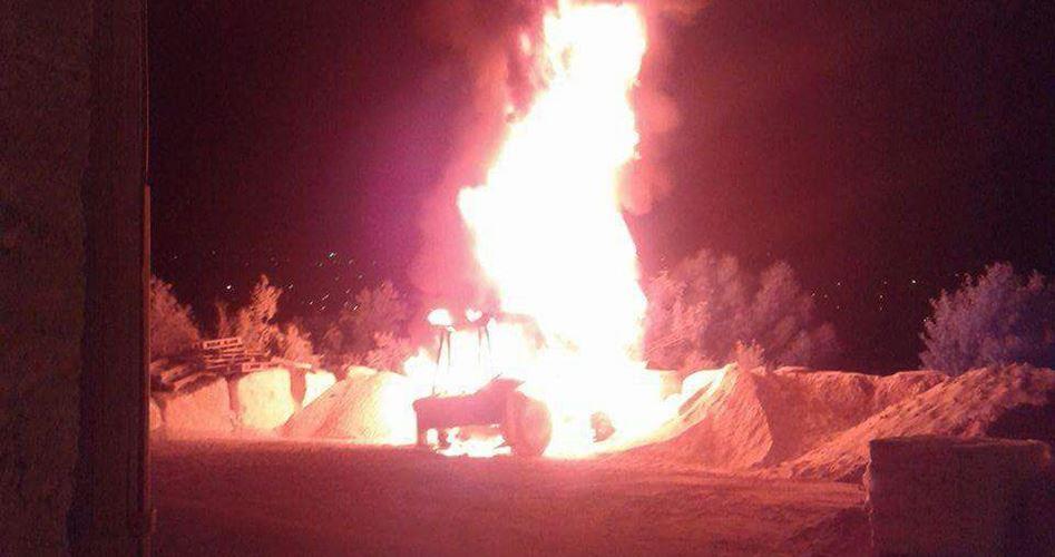 Coloni incendiano veicoli e imbrattano di scritte razzisti i muri delle case