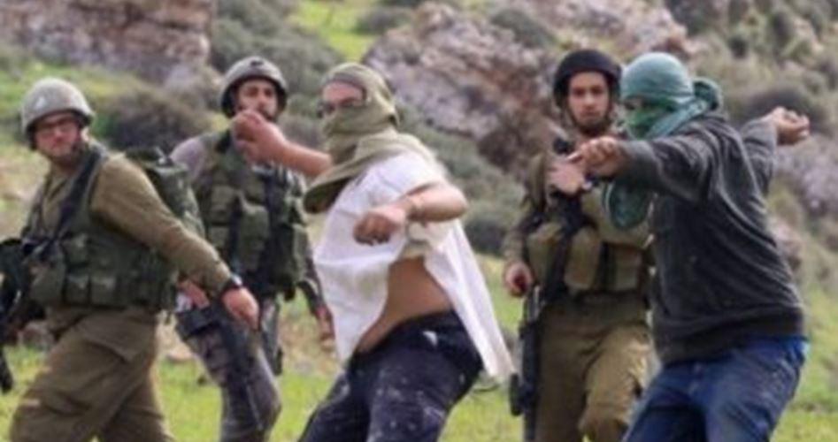 Giovane palestinese gravemente ferito da coloni