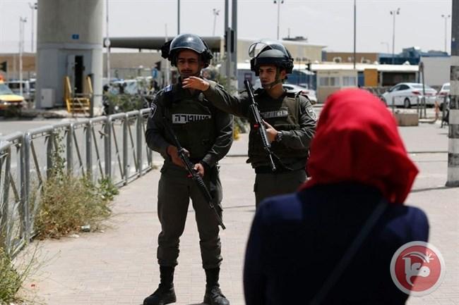 Le forze israeliane aprono il fuoco contro due donne al check-point di Qalandiya
