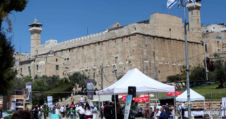 Orde di coloni invadono la moschea al-Ibrahimi e la Città Vecchia di Hebron