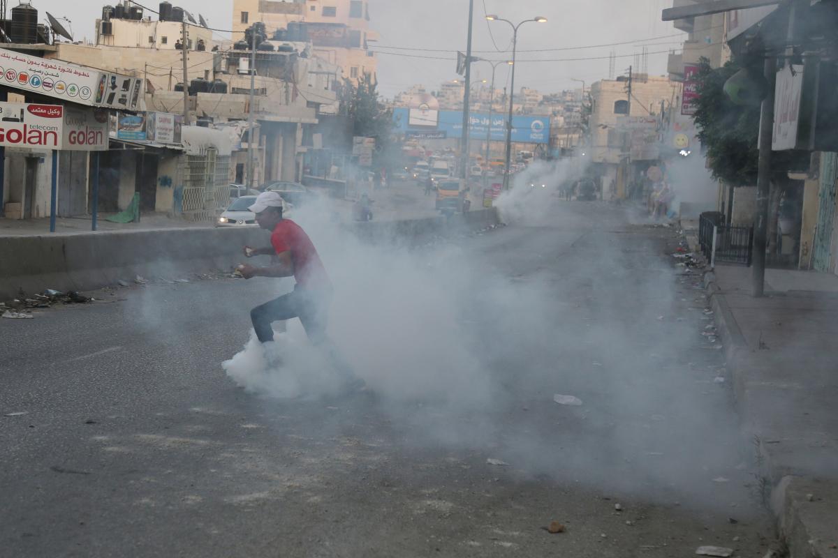 Le forze di occupazione attaccano scuola e minacciano gli studenti
