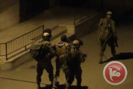 Soldati israeliani aggrediscono prigionieri palestinesi e fanno un selfie con feriti