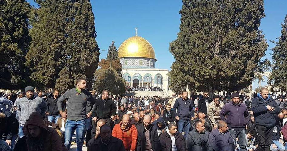 30.000 Palestinesi partecipano alla preghiera del venerdì a al-Aqsa