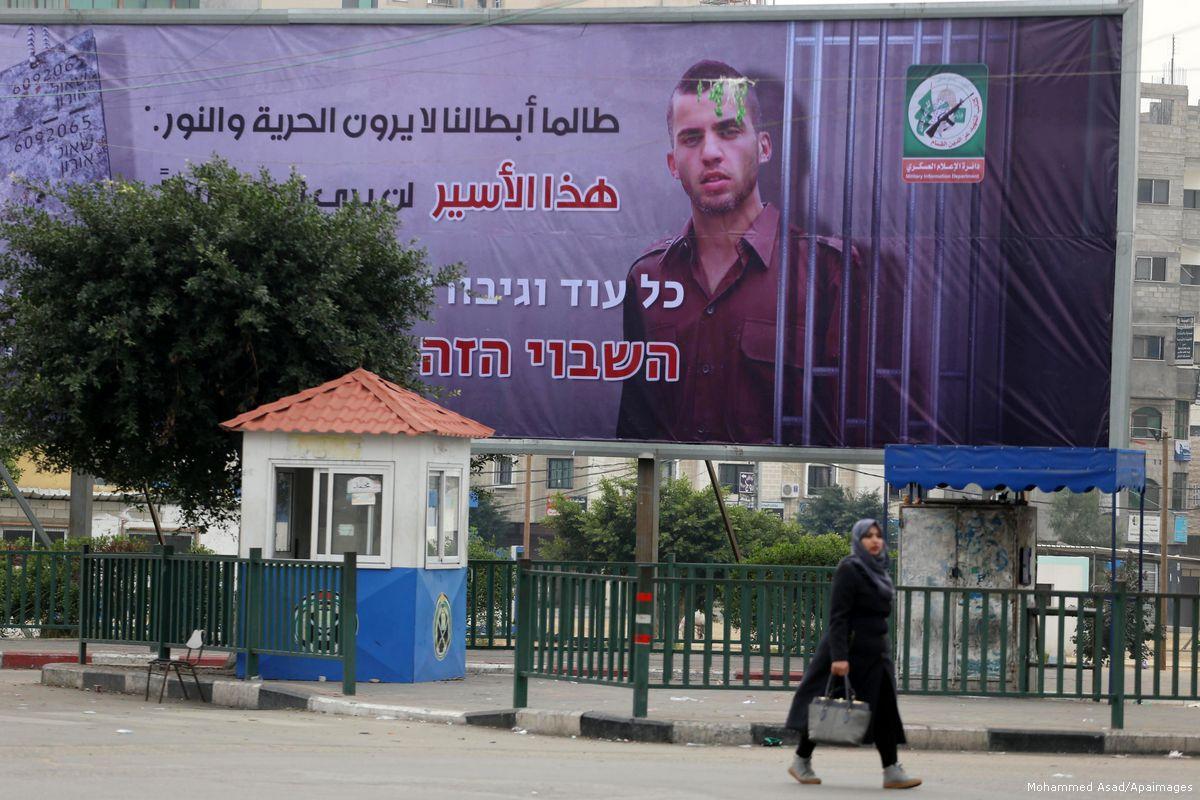 Gaza, la resistenza palestinese appende cartellone con soldato israeliano catturato