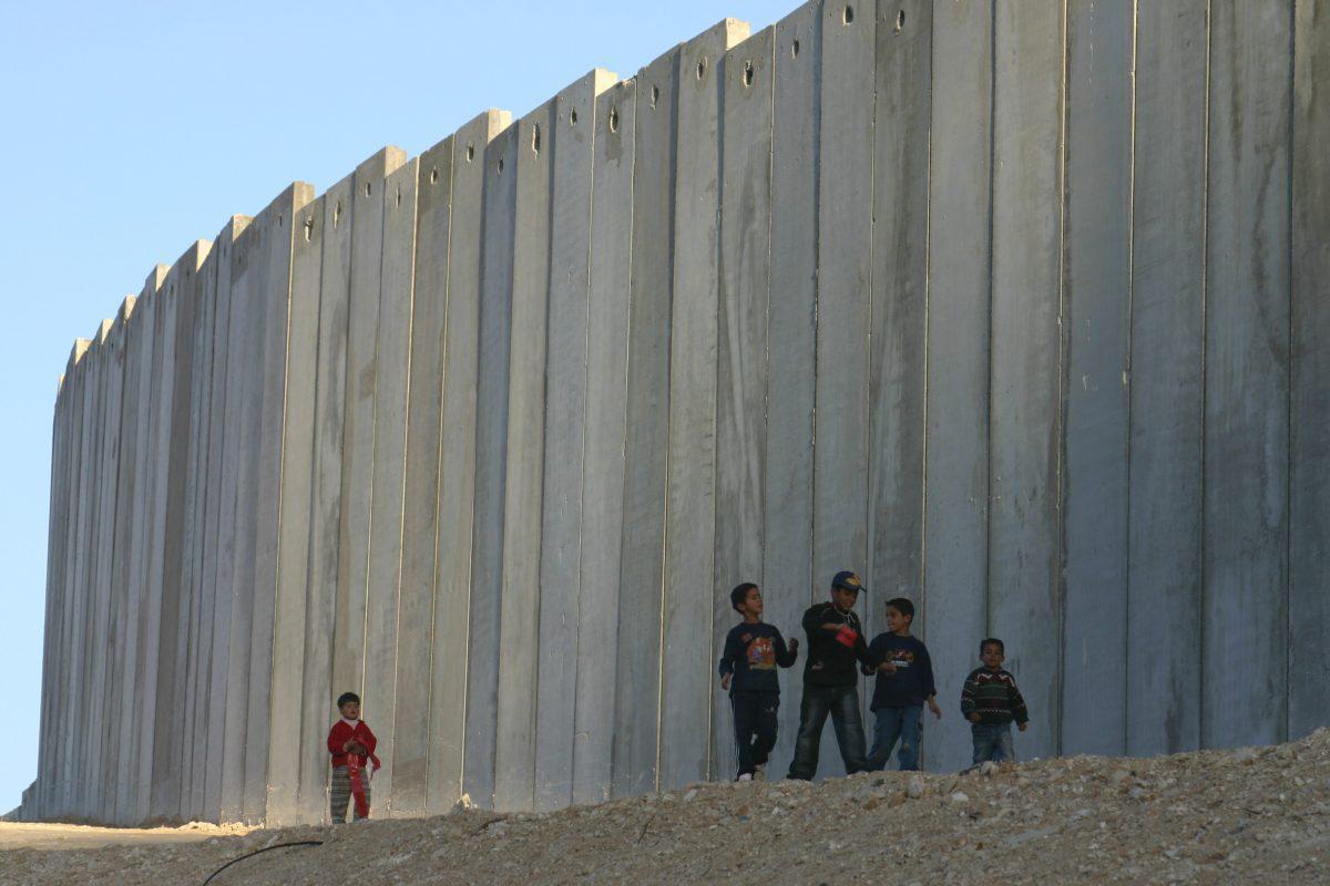 L'esercito israeliano riprende i lavori del muro sul confine di Gaza
