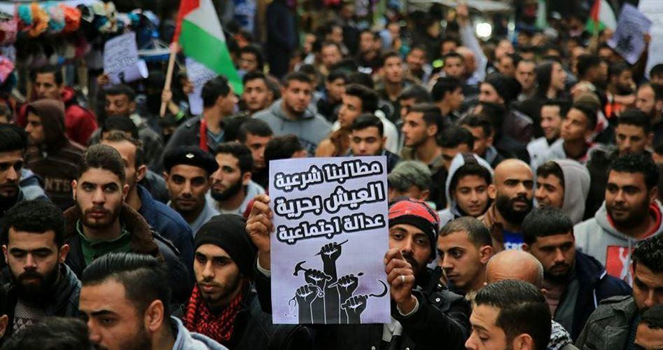 Striscia di Gaza, migliaia di giovani protestano contro le dure condizioni economiche e il blocco