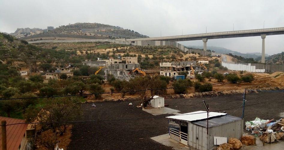 I soldati israeliani demoliscono case palestinesi a Beit Jala