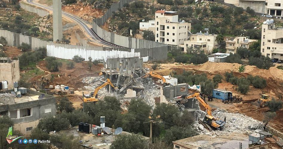 I bulldozer israeliani radono al suolo residenza palestinese a Silwan