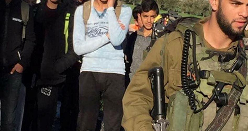 I soldati israeliani impediscono a 200 studenti di entrare a scuola