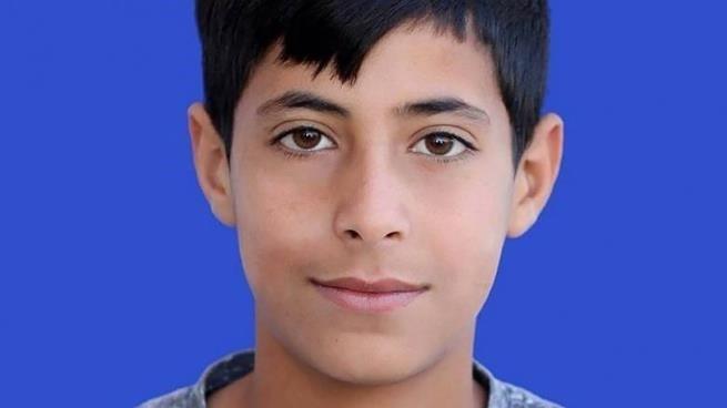 Come un safari: soldati israeliani in jeep danno la caccia ad un adolescente palestinese e lo uccidono con un colpo alla testa