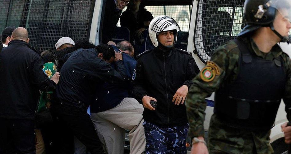 Manifestanti palestinesi lanciano uova a delegazione USA a Ramallah