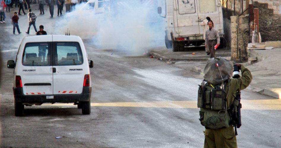 Le forze israeliane lanciano lacrimogeni contro scolari palestinesi a Hebron