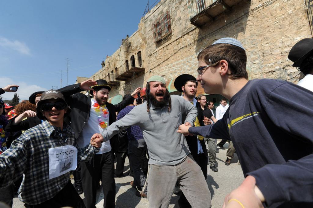 Ragazzo palestinese aggredito da orda di coloni a Jenin