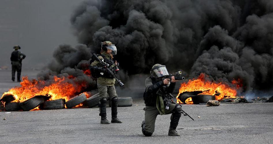 Un Palestinese ucciso e decine di altri feriti durante scontri con le forze di occupazione
